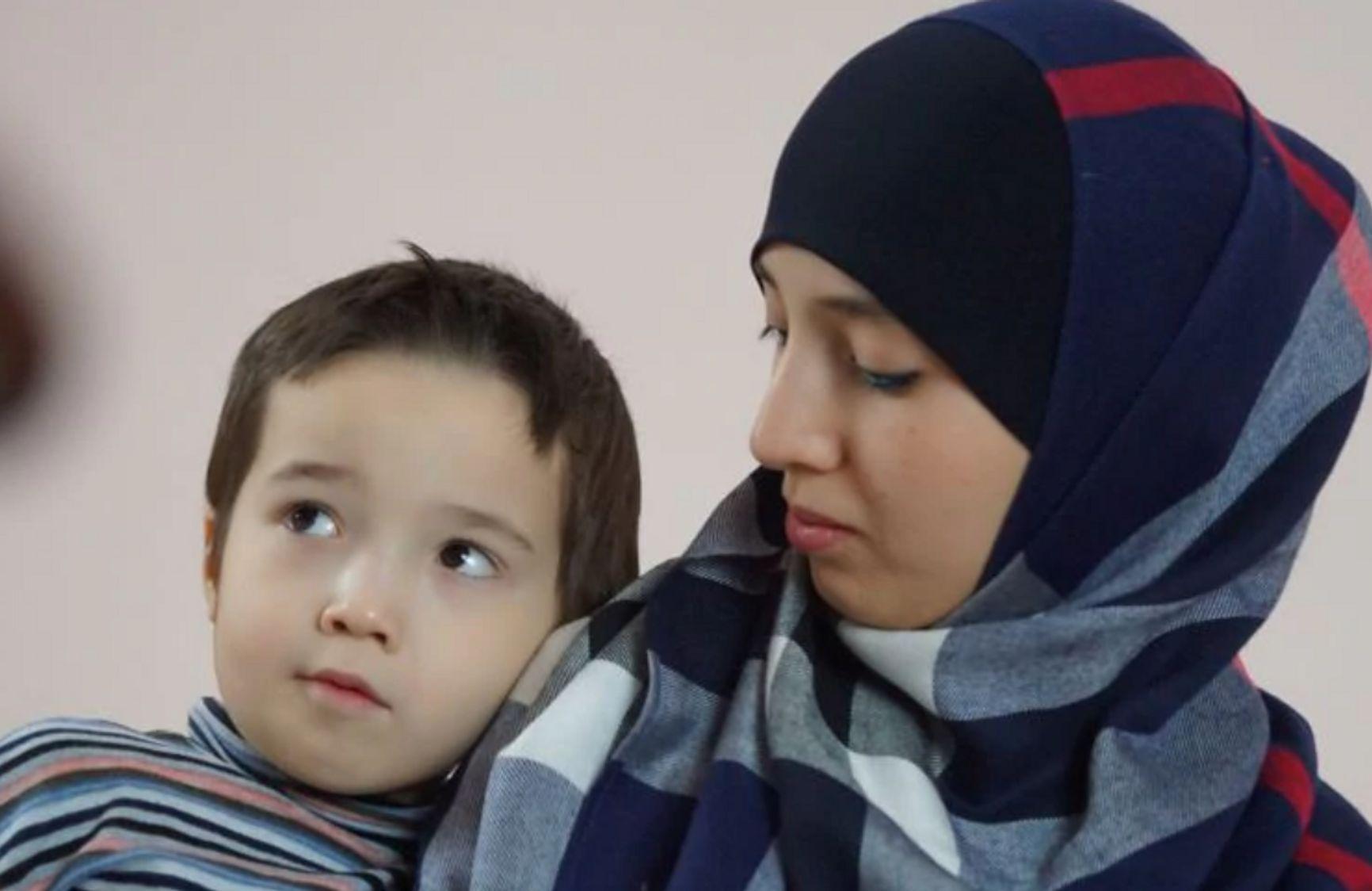 Фатма Исмаилова с ребенком. Фото: Антон Наумлюк