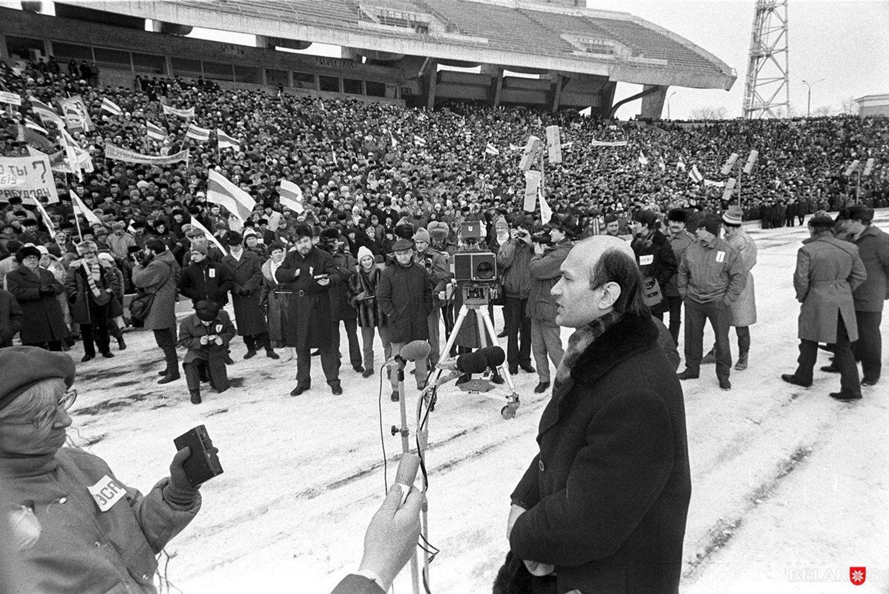 """В 1989 году митинг на стадионе """"Динамо"""" стал первой современной массовой демонстрацией белорусской национальной символики – бело-красно-белых флагов и герба «Пагоня»."""
