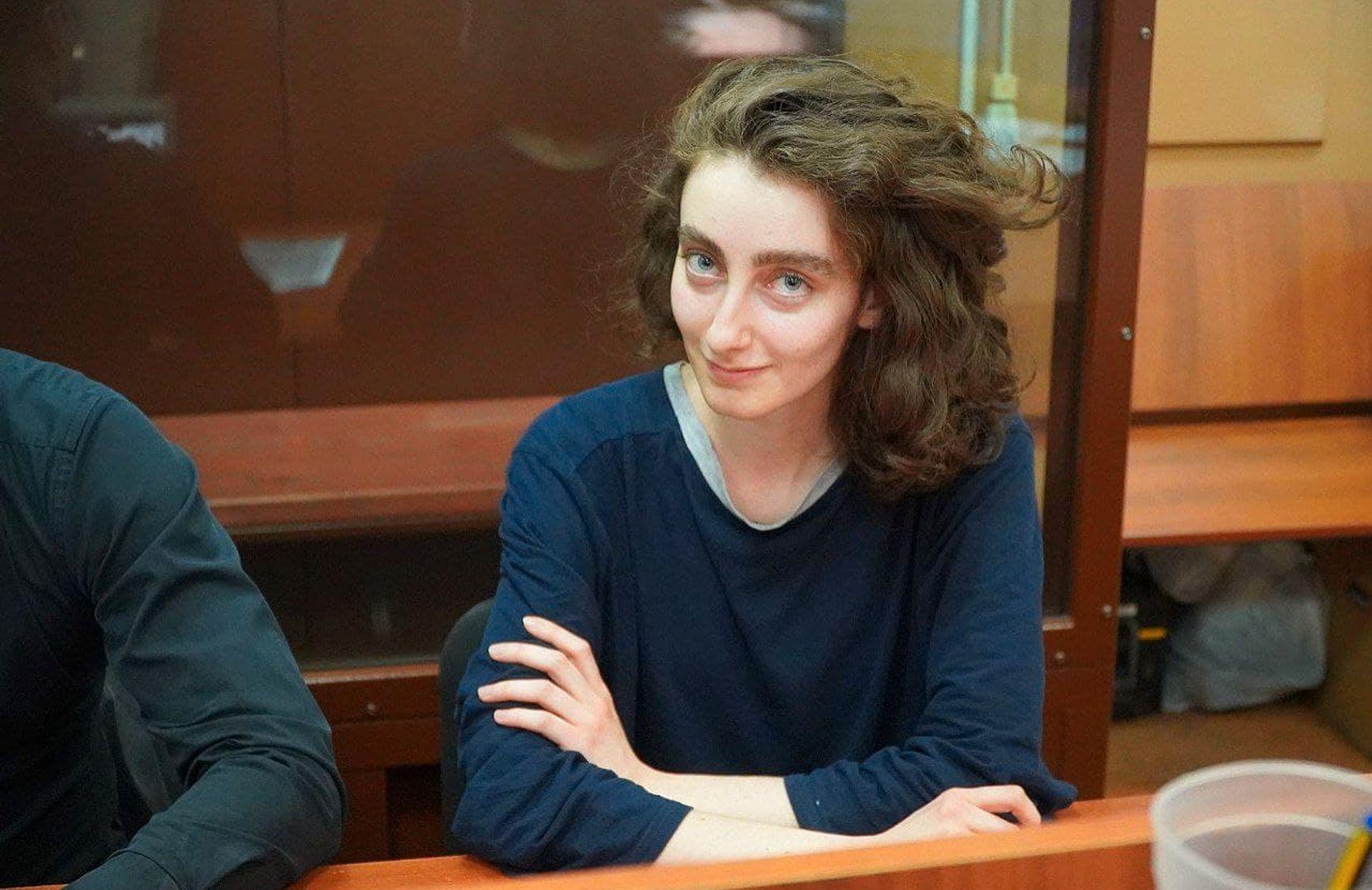 Гутникова улыбается в суде