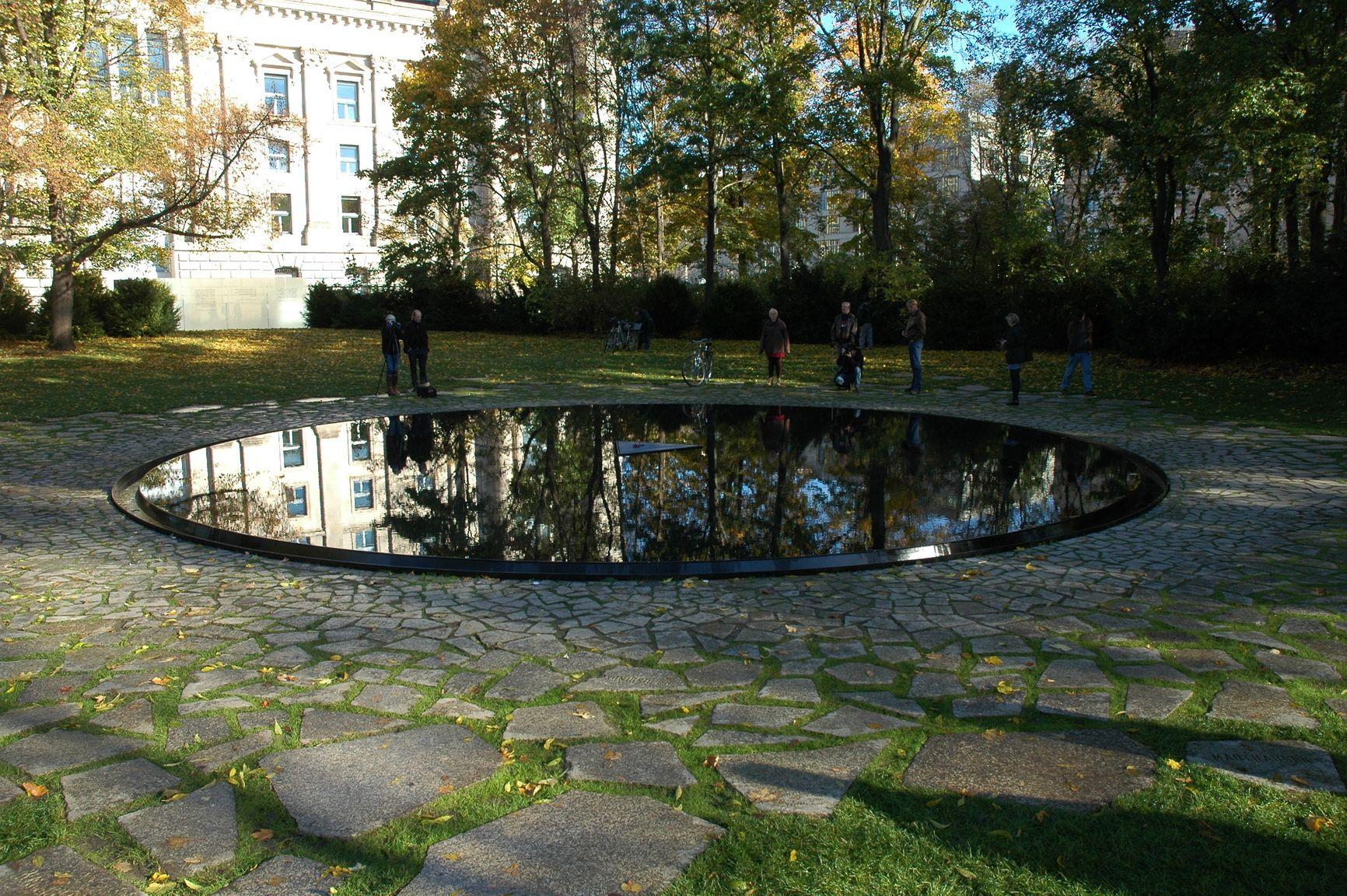 Берлин. Мемориал памяти народов синти и рома