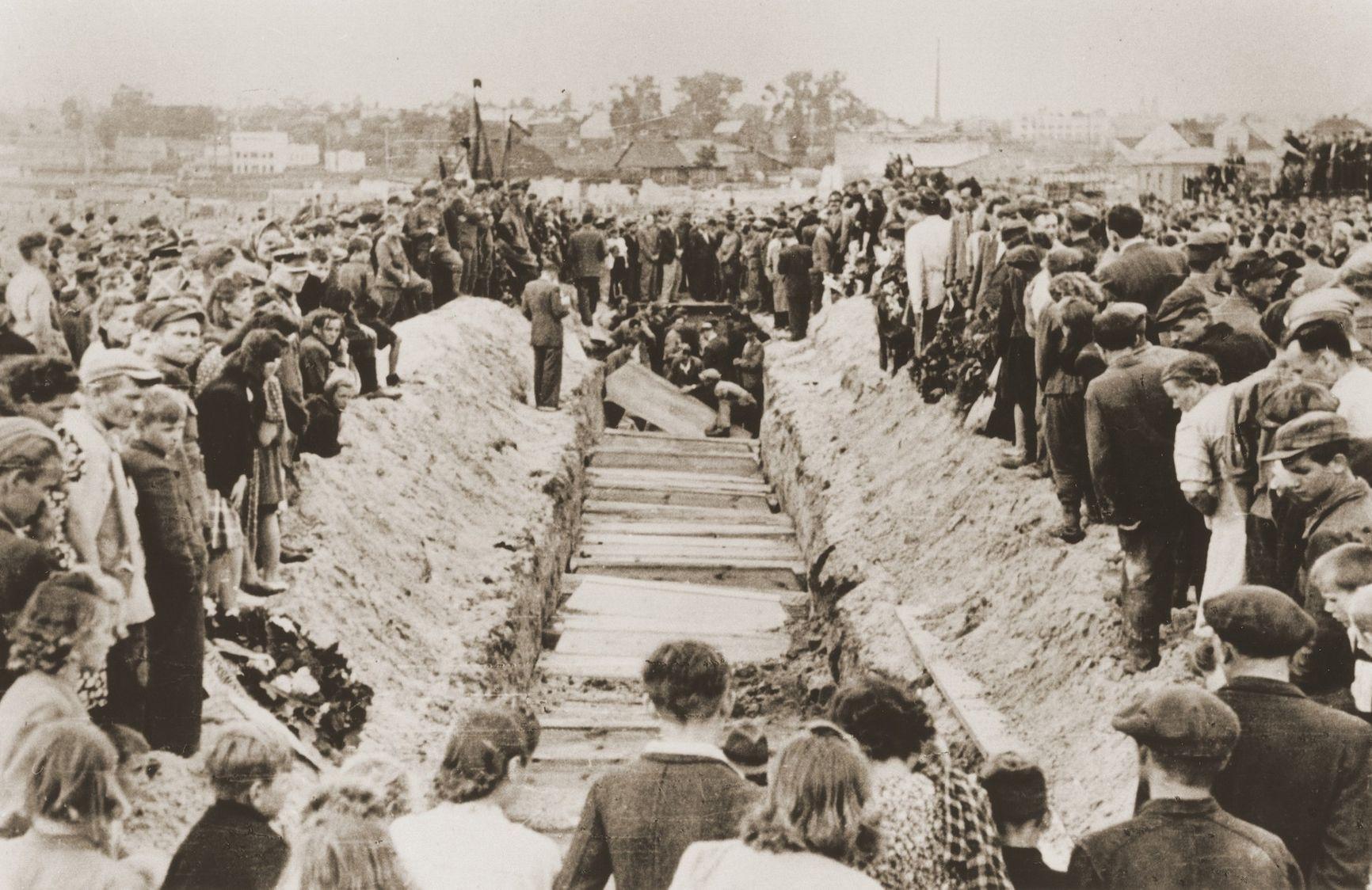 Похороны жертв погрома. Кельц, 1946 г.