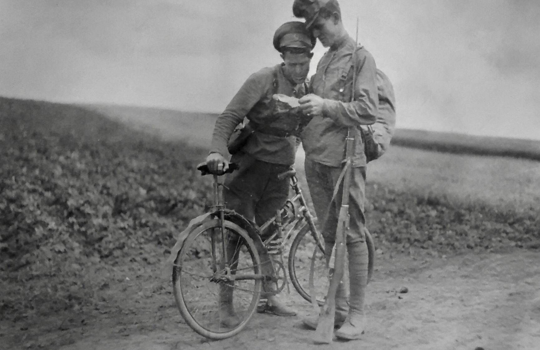 Офицер проверяет документы у дезертира. Около Могилева, 1917 г.