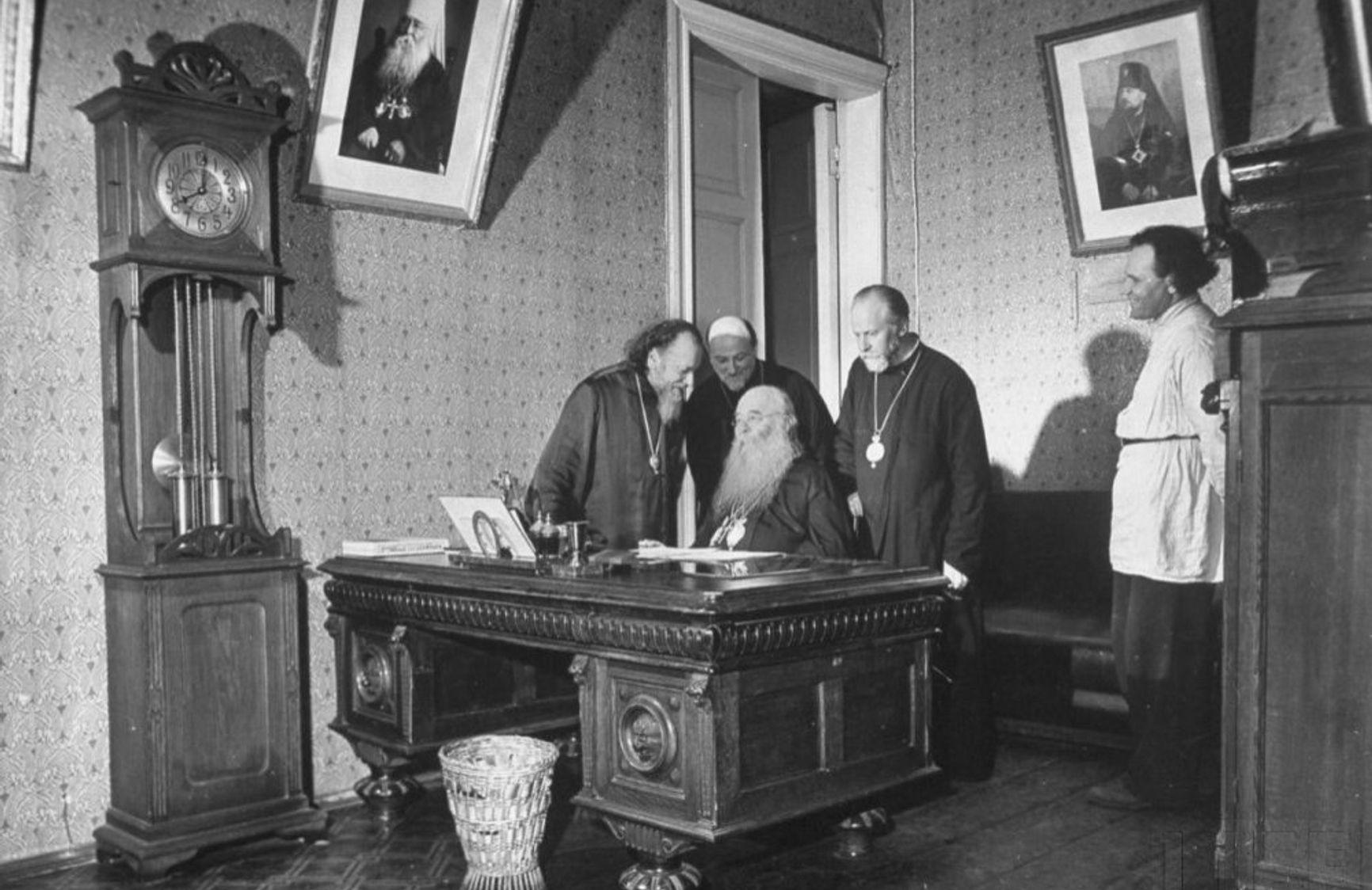 Патриарх Сергий в окружении церковных иерархов