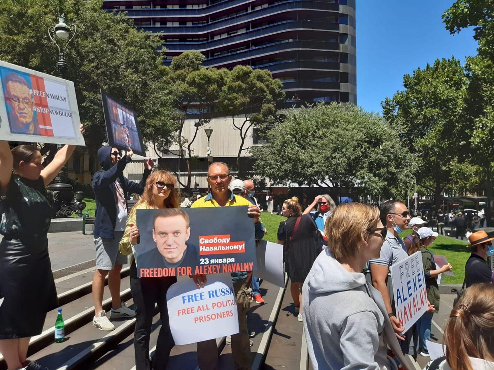 Десятки человек вышли к зданию российского посольства в разных городах Австралии.  На фото - Мельбурн.