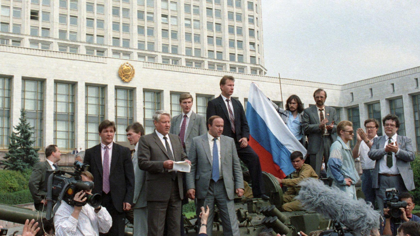 Борис Ельцин у Белого Дома. Справа - Александр Коржаков. Над Коржаковым - Виктор Золотов, ныне - глава Росгвардии