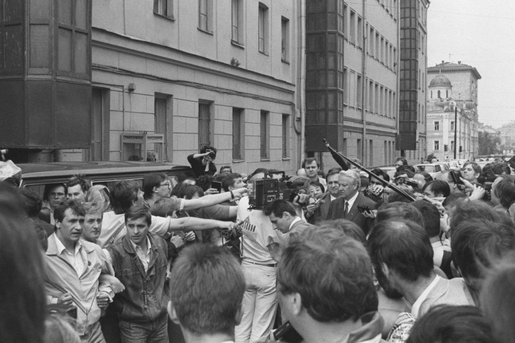 Борис Ельцин направляется на избирательный участок. Москва. 12 июня 1991 года.Фото из личного архива Б.Н.Ельцина