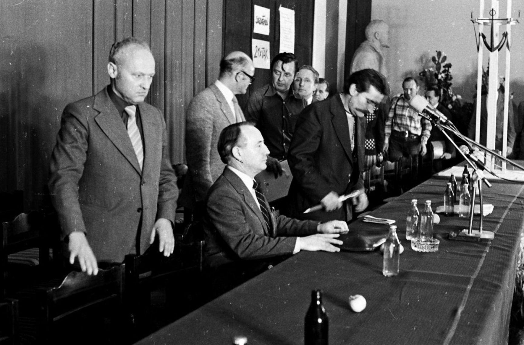 Лех Валенса и Мечислав Ягельский на подписании соглашения 31 августа 1980 года
