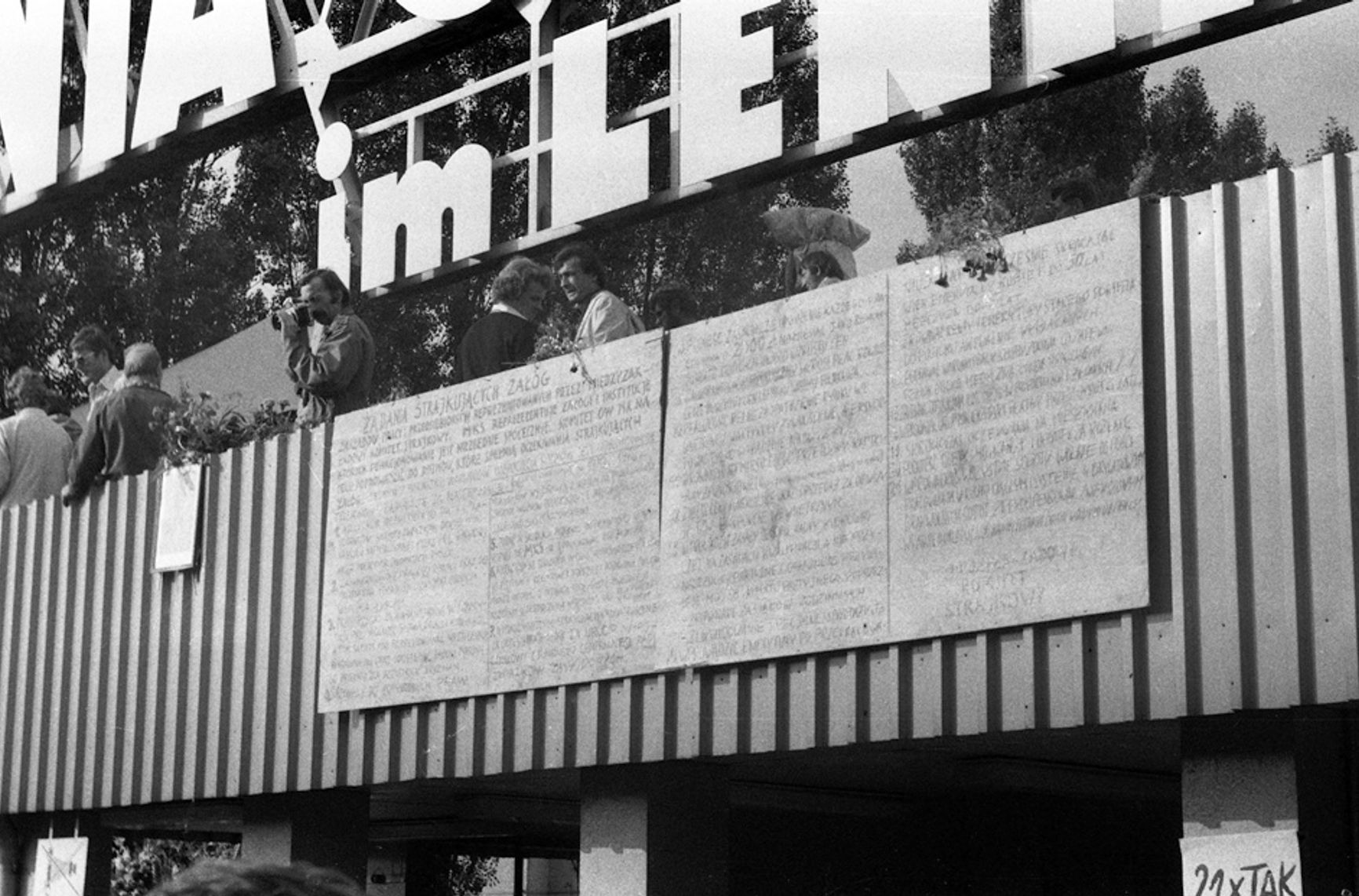 Две доски с 21 требованием бастующих вывешены над главным входом в судоверфь имени Ленина