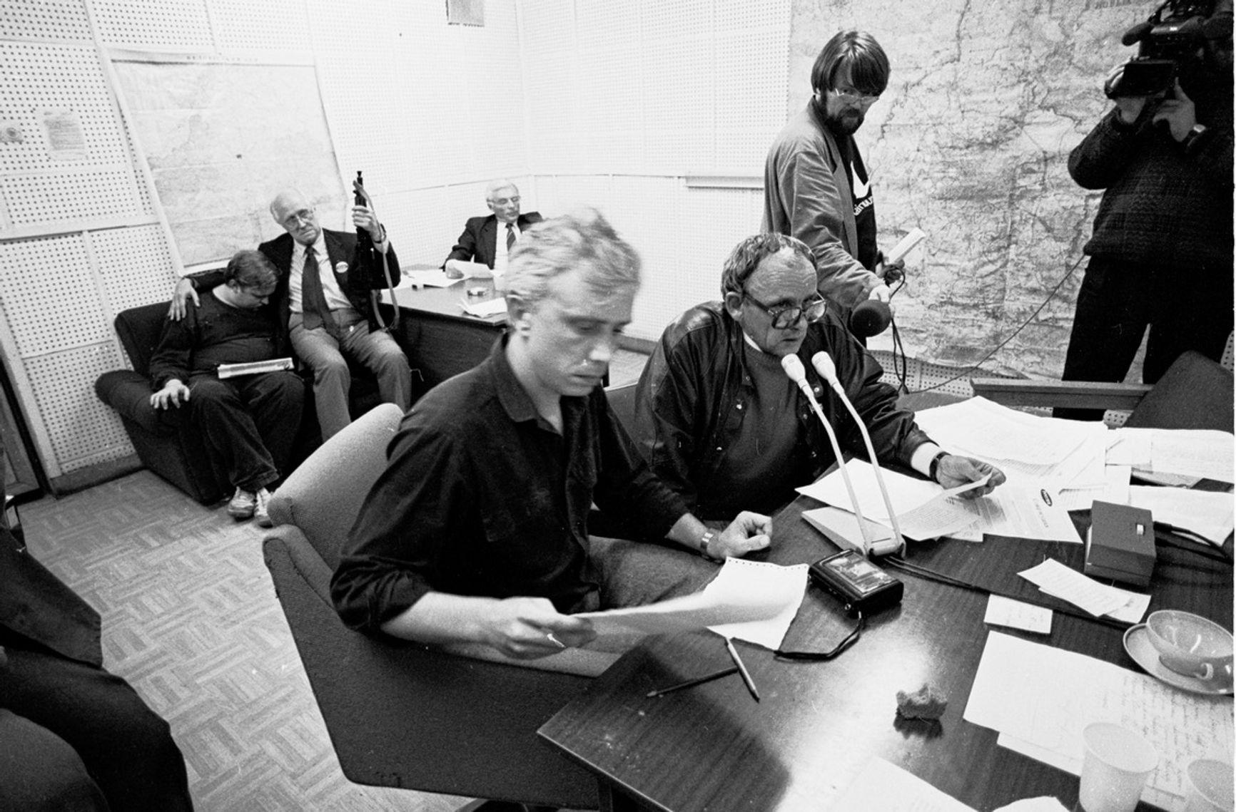 На первом плане - тележурналист Александр Политковский. На заднем плане с автоматом - Мстислав Ростропович с охранником Юрием Ивановым