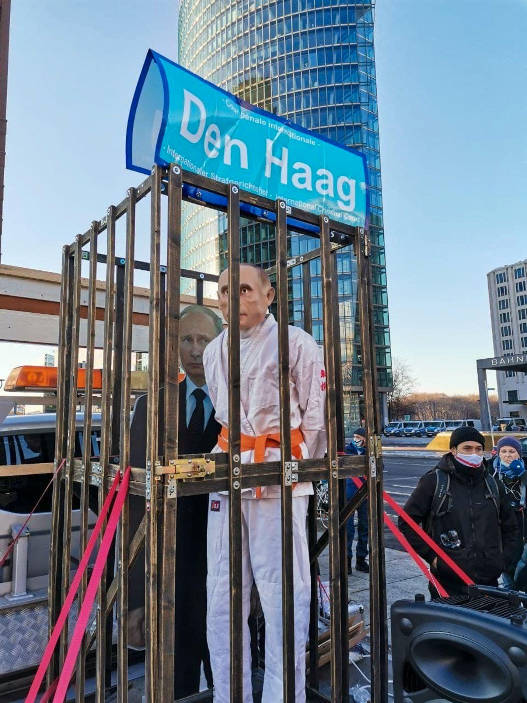 В Германии митинги прошли в большинстве крупных городов, несмотря на жесткий карантин. В Берлине, протестующие посадили «Путина» в клетку с надписью «На Гаагу».