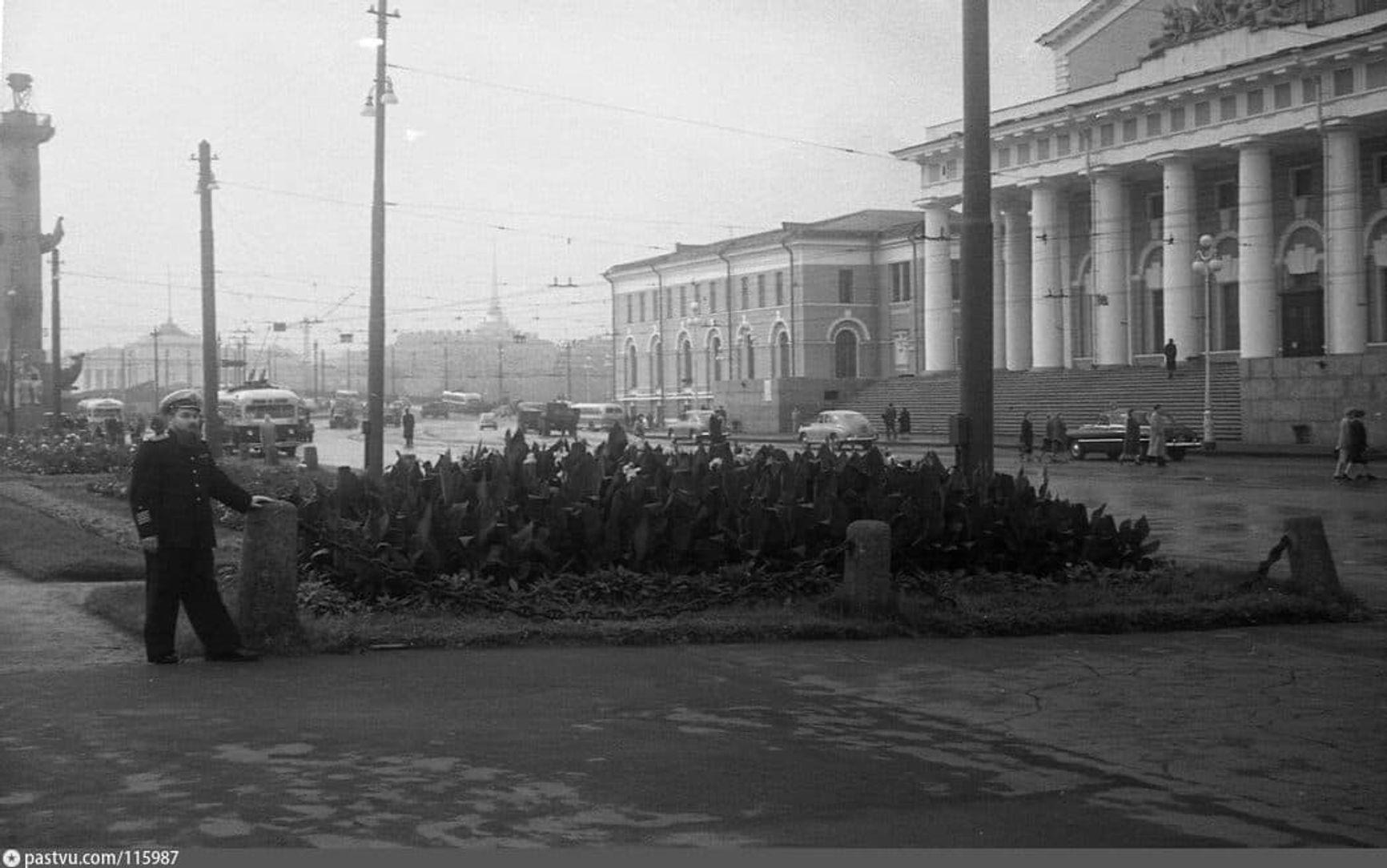 Здание Биржи. 1957. Дальняя белая мраморная мемориальная доска Сталину сохранилась, разбитая ближняя не восстановлена.
