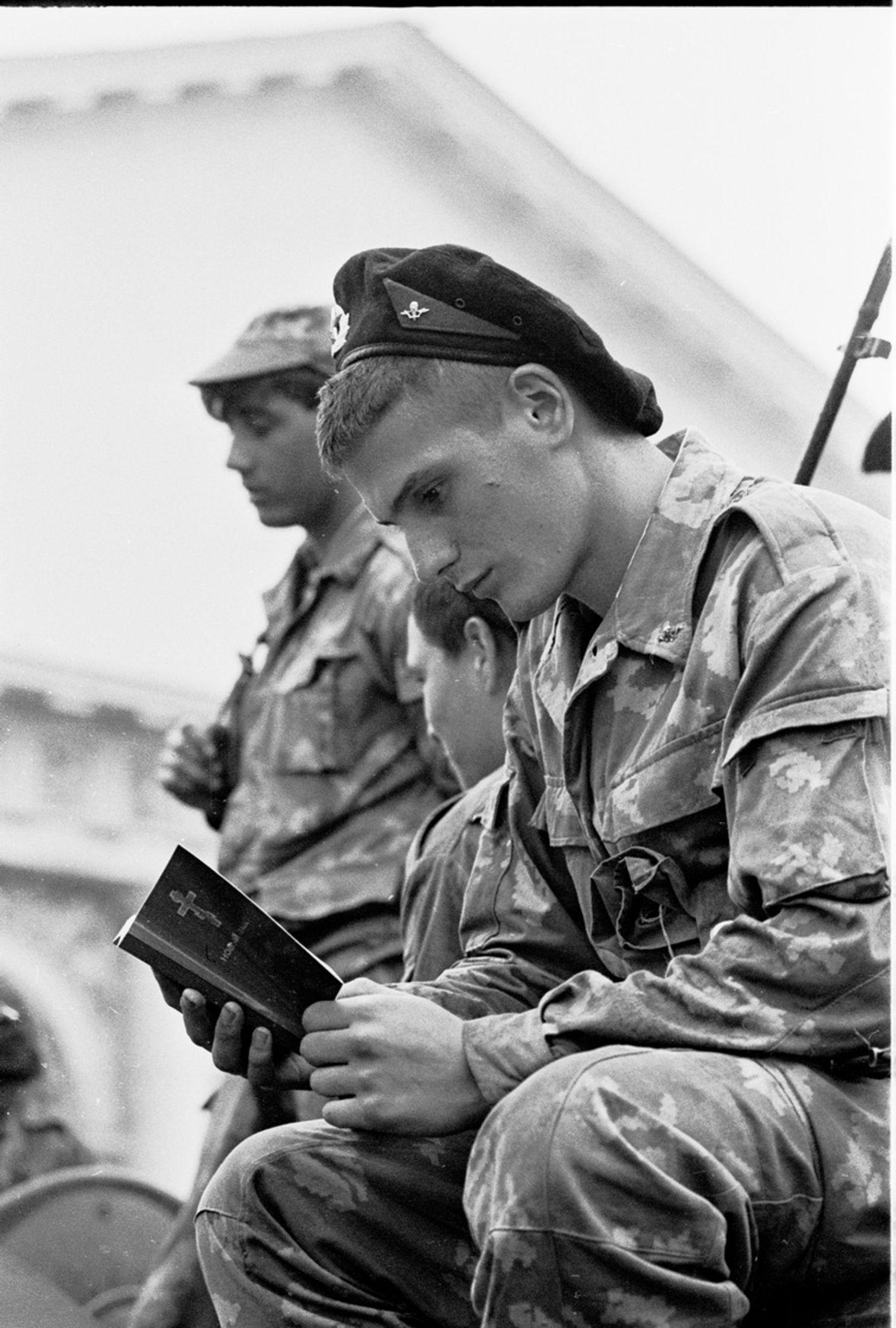 Солдат у Манежа читает Библию