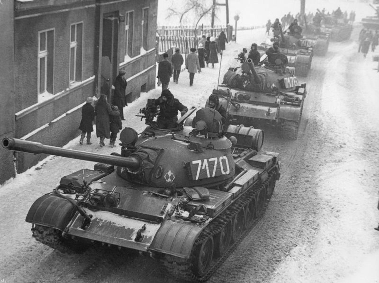 Танки Т-55А на улицах польских городов во время введения военного положения в декабре 1981 года