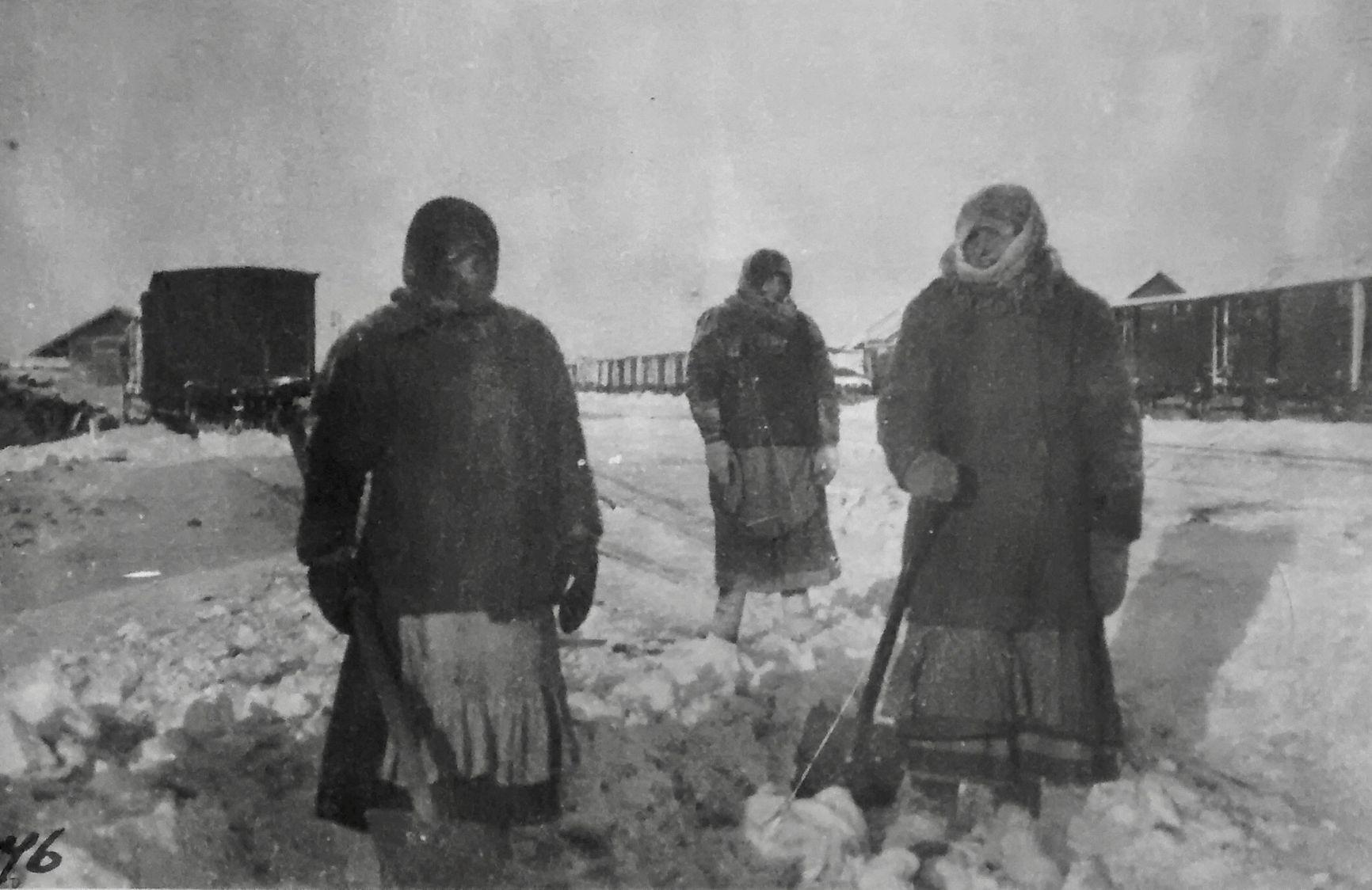 Женщины убирают снег на железной дороге. Под Красноярском.