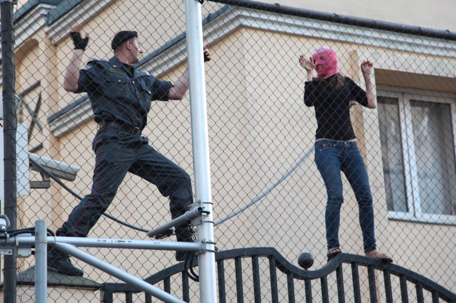 Забор турецкого посольства: Татьяна Романова и неизвестный полицейский