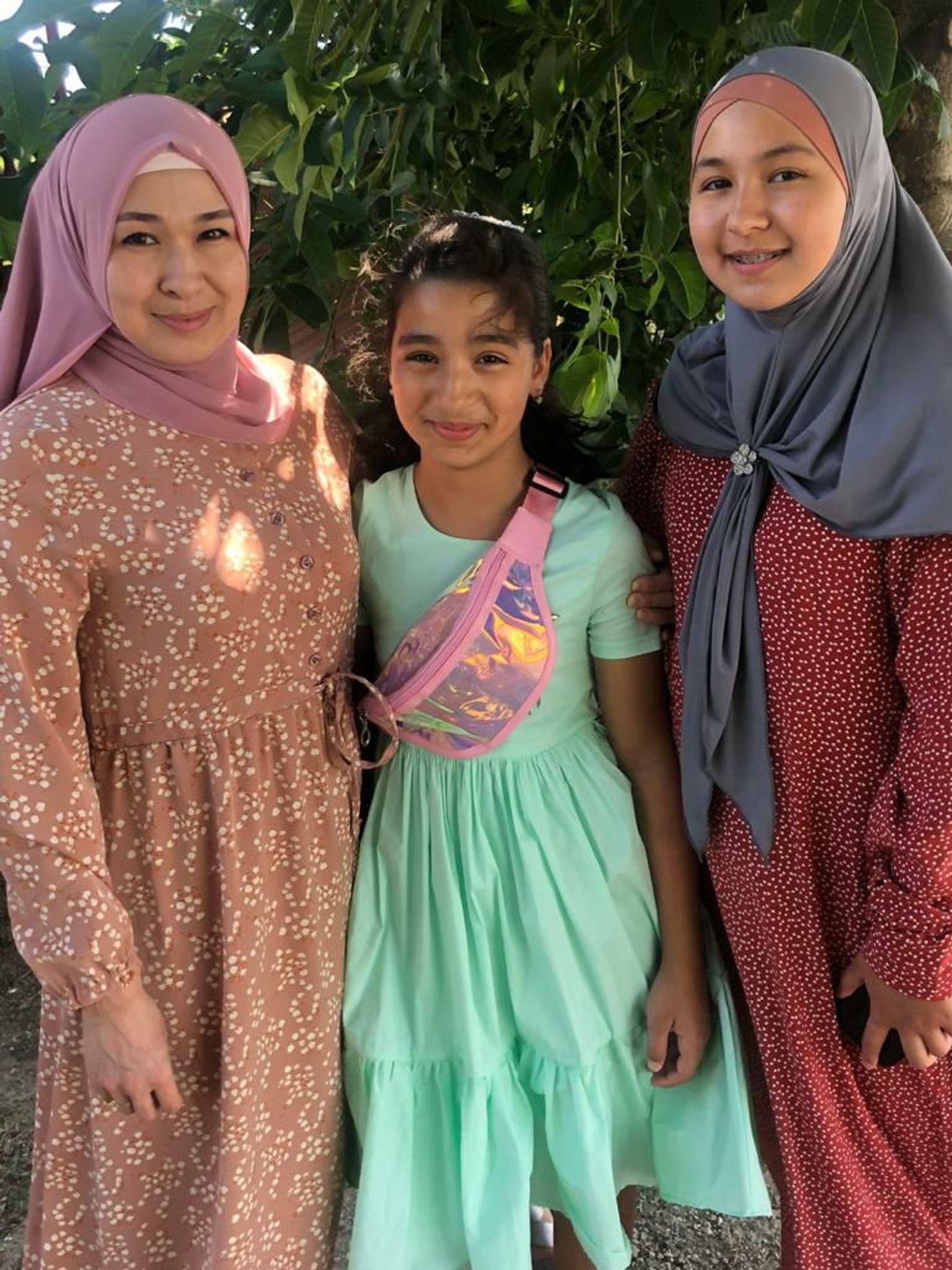 Алие с дочерьми