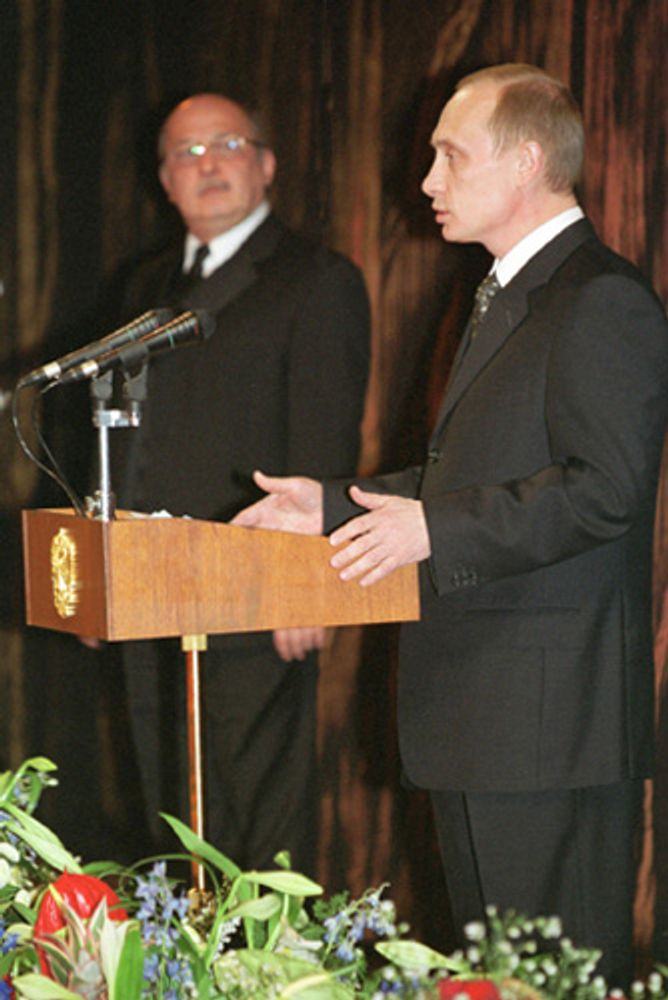 Тахир Иксанов (слева) и Владимир Путин (2001)