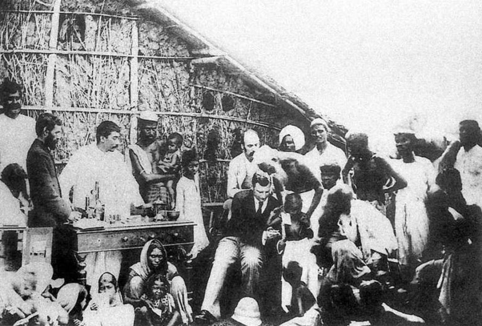 1897 г. Владимир Хавкин делает прививки в Мумбае. На главном снимке статьи: Владимир Хавкин в своей лаборатории в Бомбее
