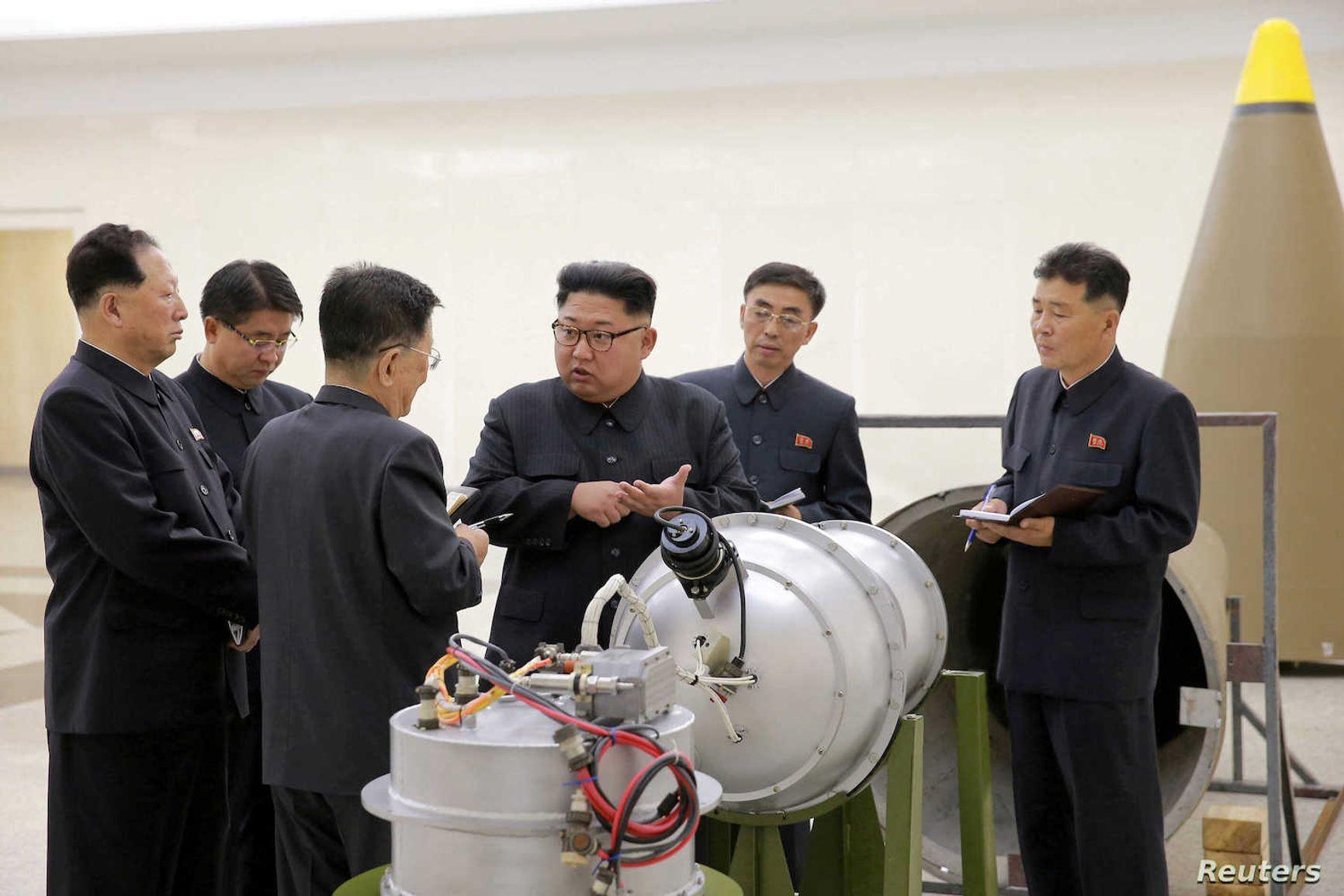 Ким Чен Ын на месте руководит созданием ядерного оружия