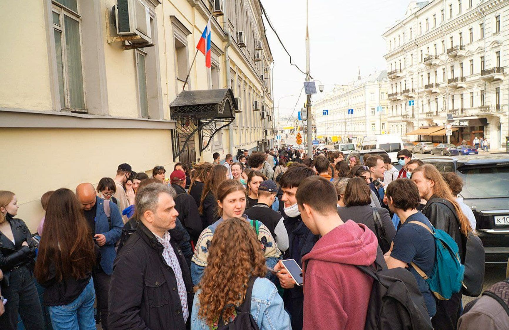 У суда собрались больше сотни сторонников DOXA