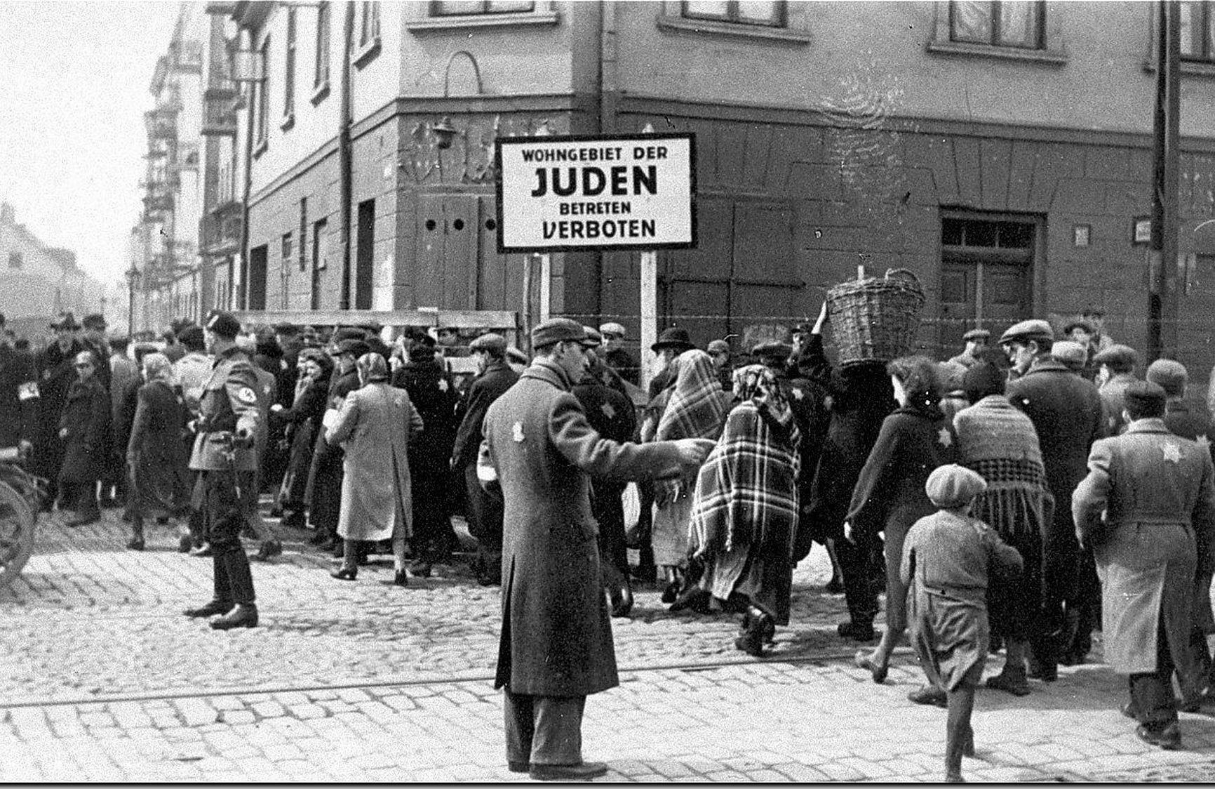 Лодзь. Еврейские и немецкие полицейские регулируют движение людей в гетто.