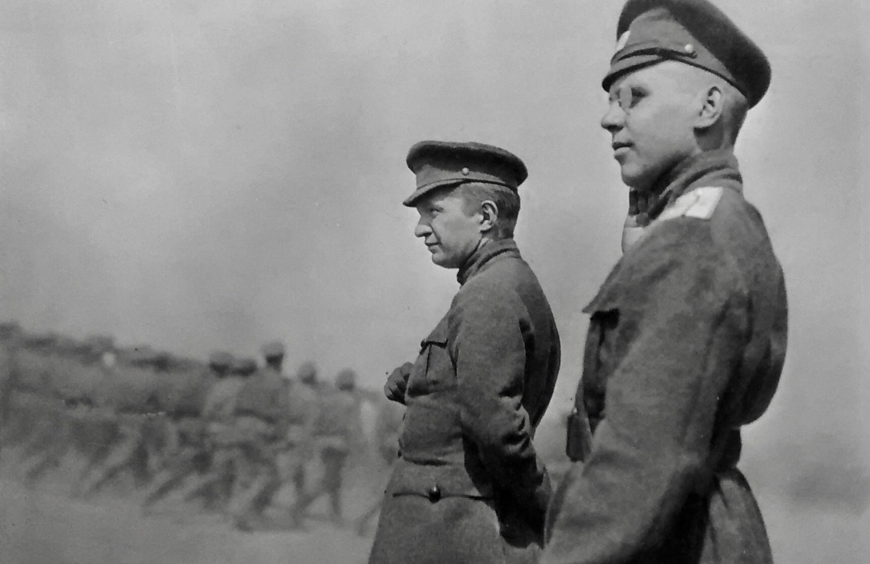 Керенский наблюдает за войсками на фронте. Лето 1917 г.
