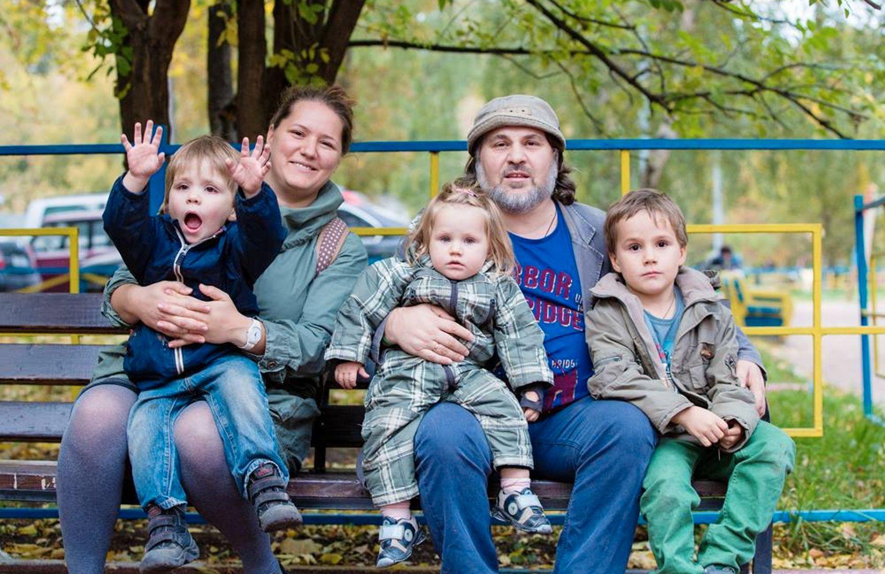 Александр Гезалов с женой Анной и детьми