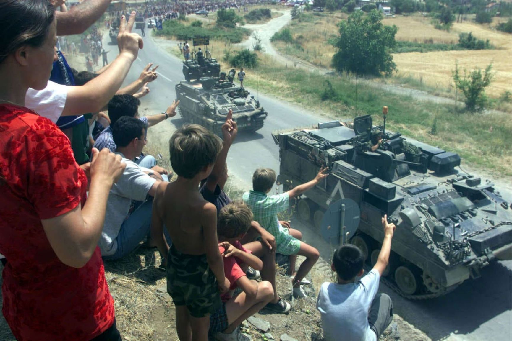 С 1999 года НАТО руководит операцией по поддержанию мира в Косово, в соответствии с мандатом резолюции 1244 Совета Безопасности ООН