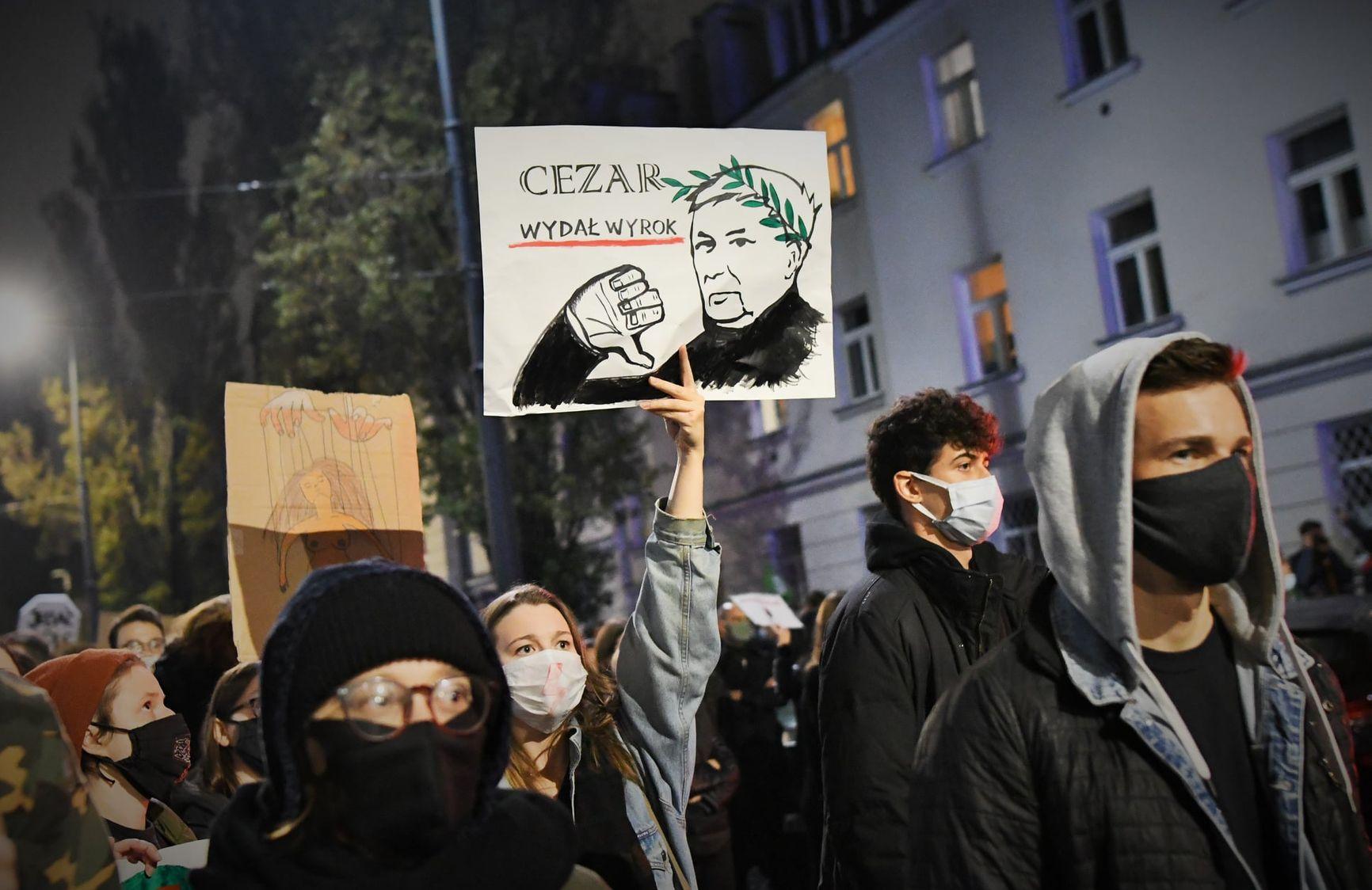 """Надпись на плакате: """"Цезарь огласил приговор"""""""