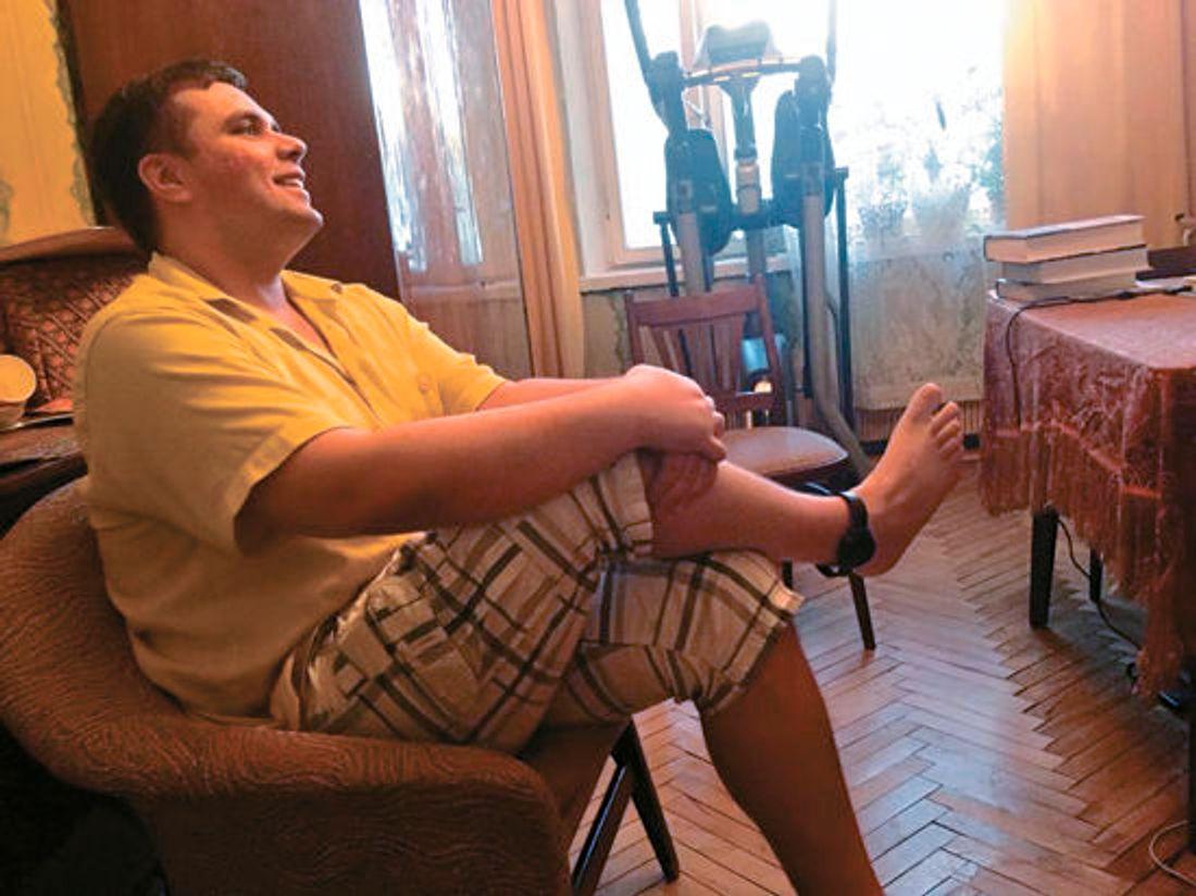Константин Янкаускас с электронным браслетом на ноге
