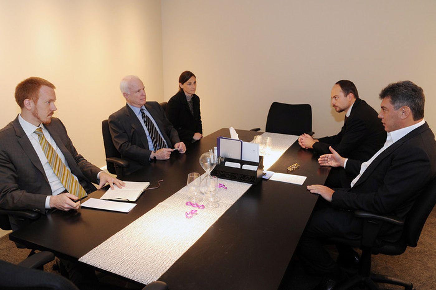 Первая встреча по «закону Магнитского»: 15 ноября 2010 года Борис Немцов, Владимир Кара-Мурза и американский сенатор Джон Маккейн в переговорной комнате вашингтонского W Hotel