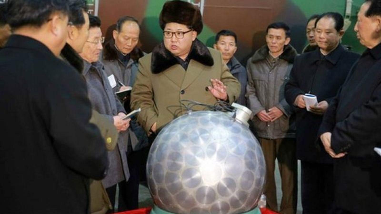 Снимки Ким Чен Ына с миниатюрной атомной бомбой, которая выглядела очень похожей на дискотечный шар, породили множество интернет-мемов
