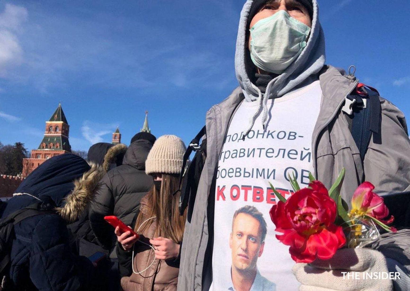В Москве полиция не вмешивалась в акцию (тем временем, в Казани полиция задержала двух человек на акции памяти Немцова)