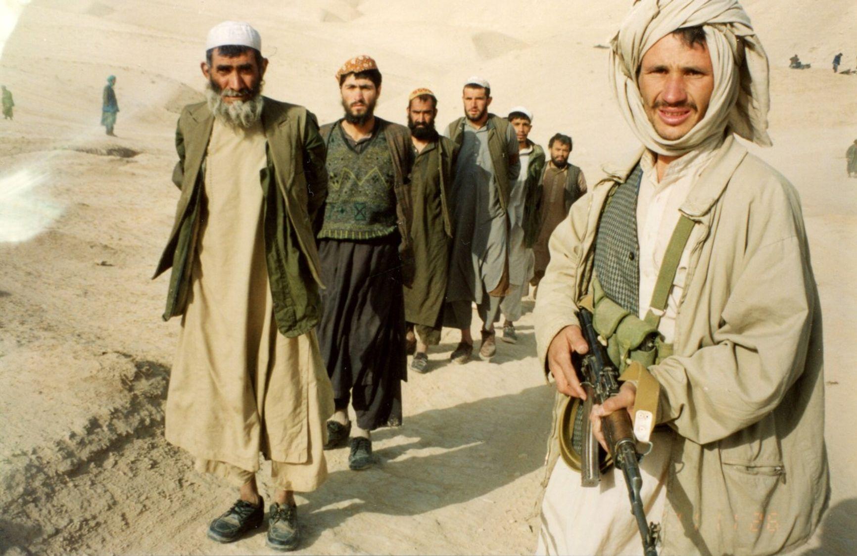 Кундуз, октябрь 2001. Дустумовцы берут в плен талибов