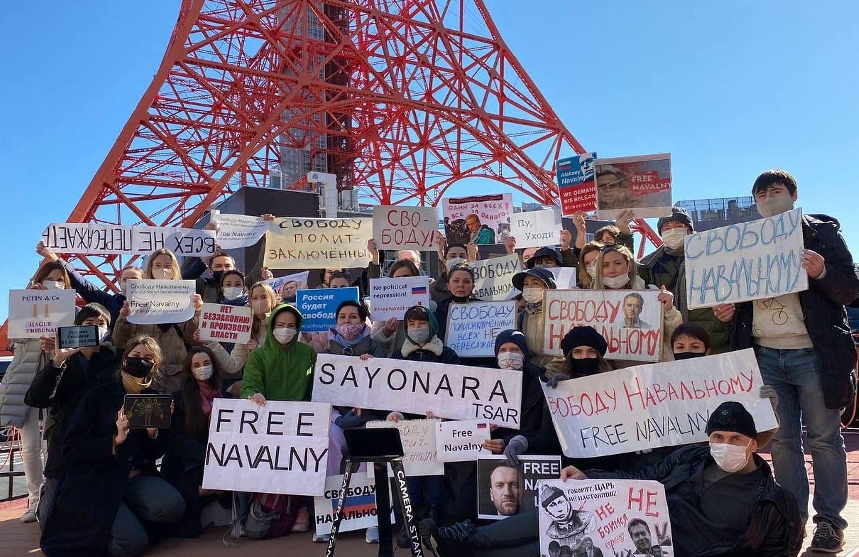 В Токио несколько десятков человек вышли с плакатами к зданию посольства России.