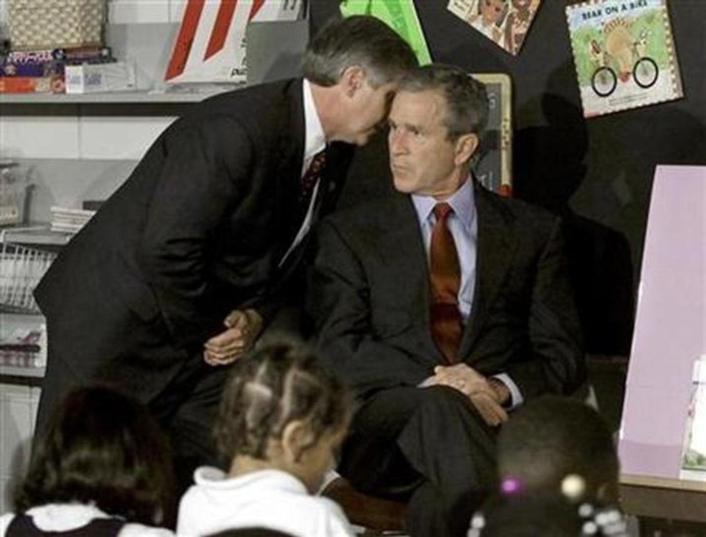 Начальная школа в Сарасоте, Флорида. Во время встречи со школьниками президенту Бушу сообщают о том, что второй самолет врезался во Всемирный торговый центр