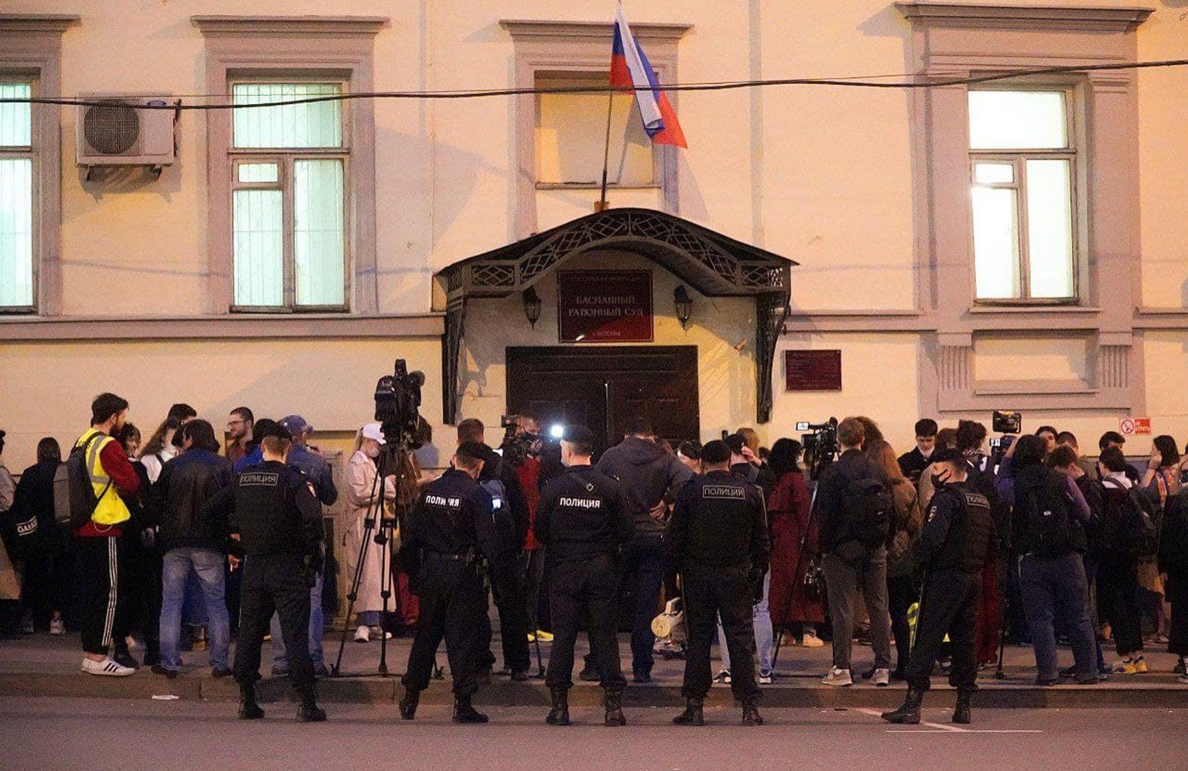 Сторонники встали в цепь солидарности у вечером суда