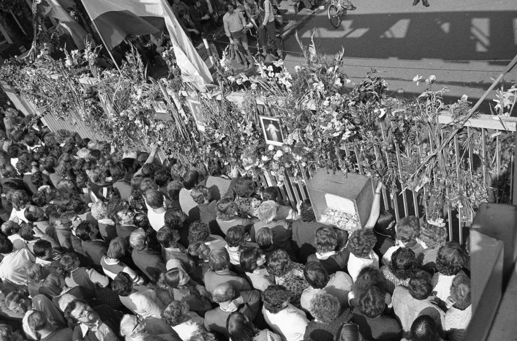 Бастующие на площади перед главными воротами судоверфи имени Ленина в Гданьске