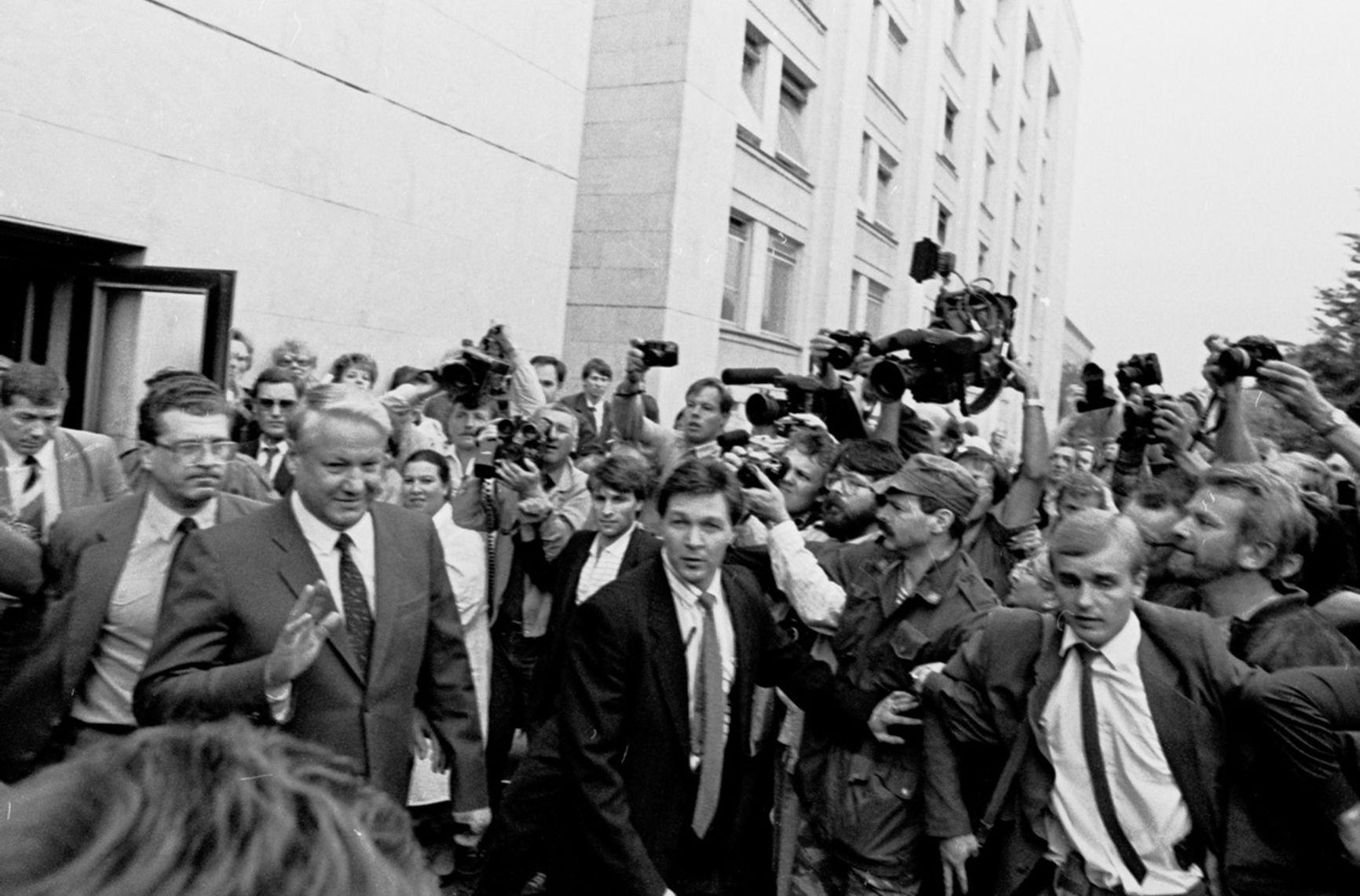 Борис Ельцин идет выступать перед людьми