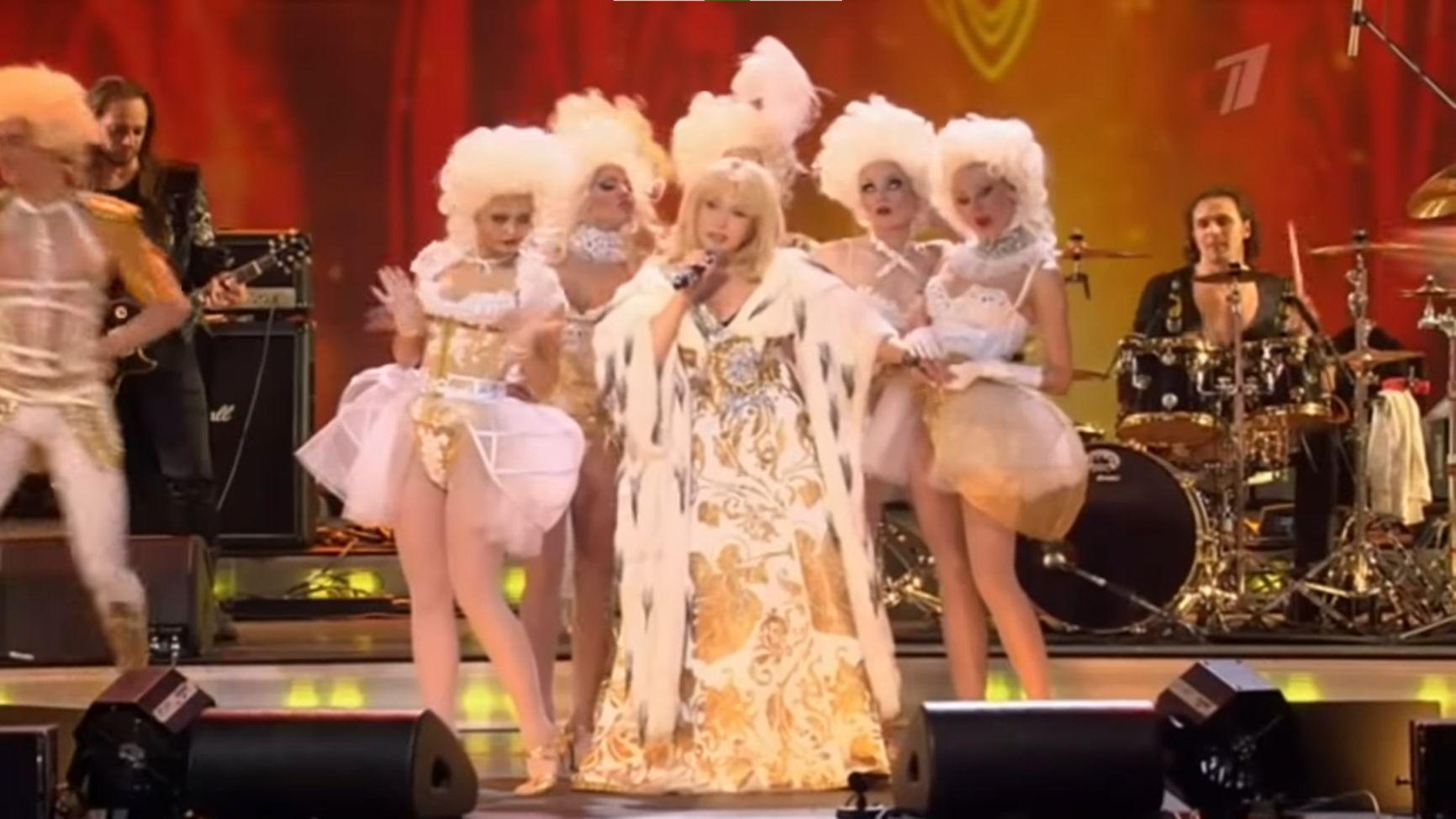 Юбилейный концерт Ирины Аллегровой в СК «Олимпийский», 2012 год. Исполняется песня «Императрица»