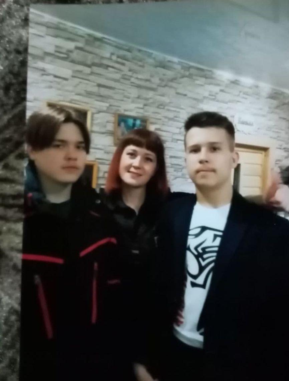 Никита (слева) с двоюродным братом и тетей. Фото из семейного архива