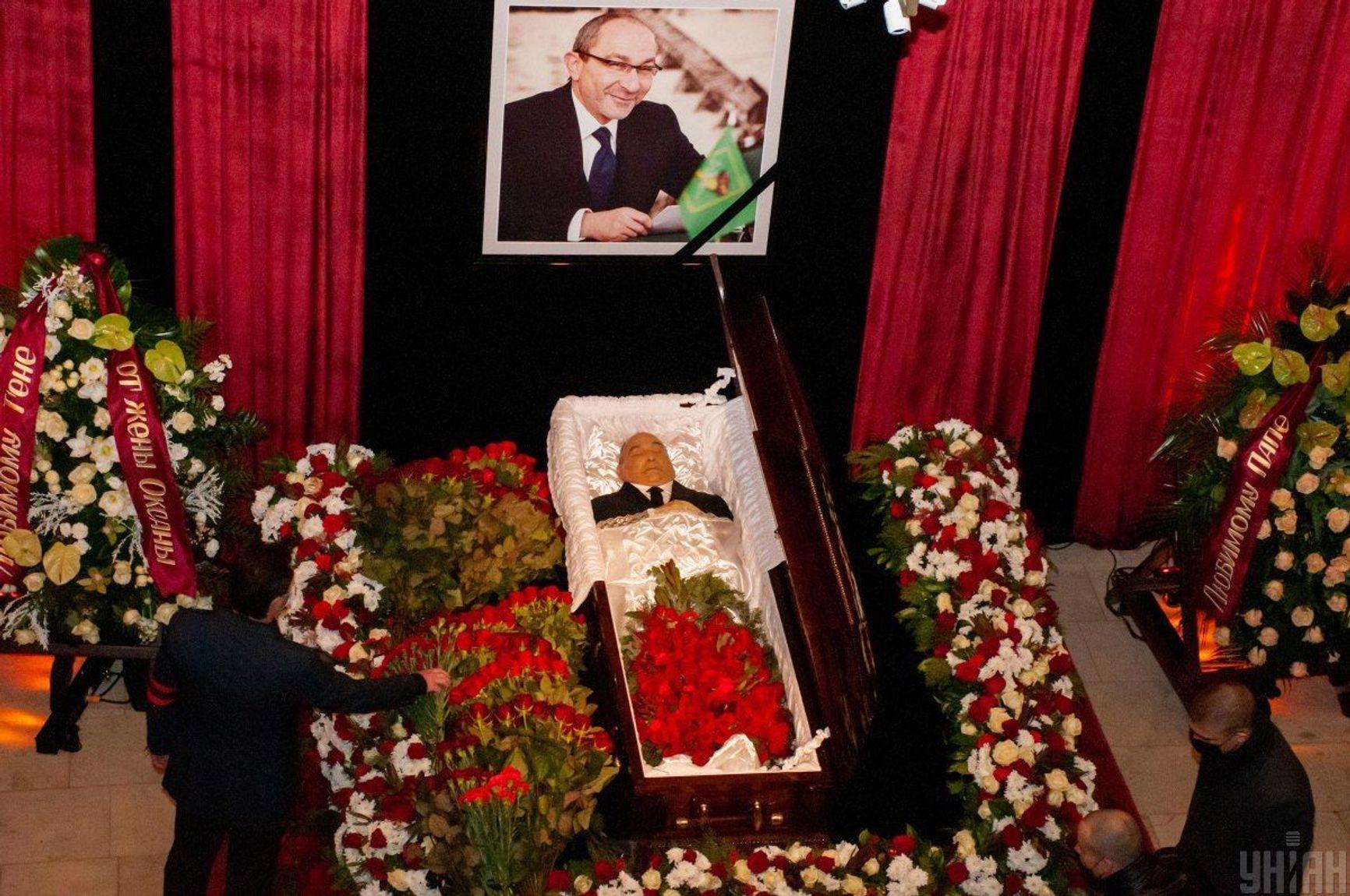 Публичное прощание с Геннадием Кернесом состоялось 23 декабря в Харьковском оперном театре. На церемонию приехал мэр Киева Виталий Кличко