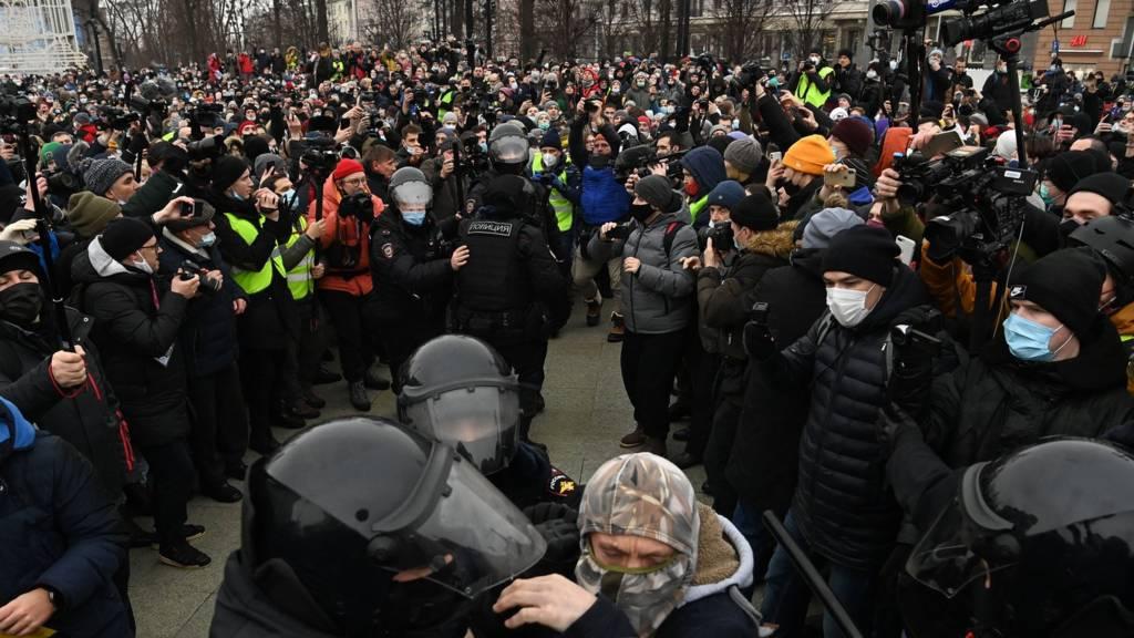 Родителей подростков, задержанных на акции в поддержку Навального в Москве, оштрафовали за неисполнение родительских обязанностей