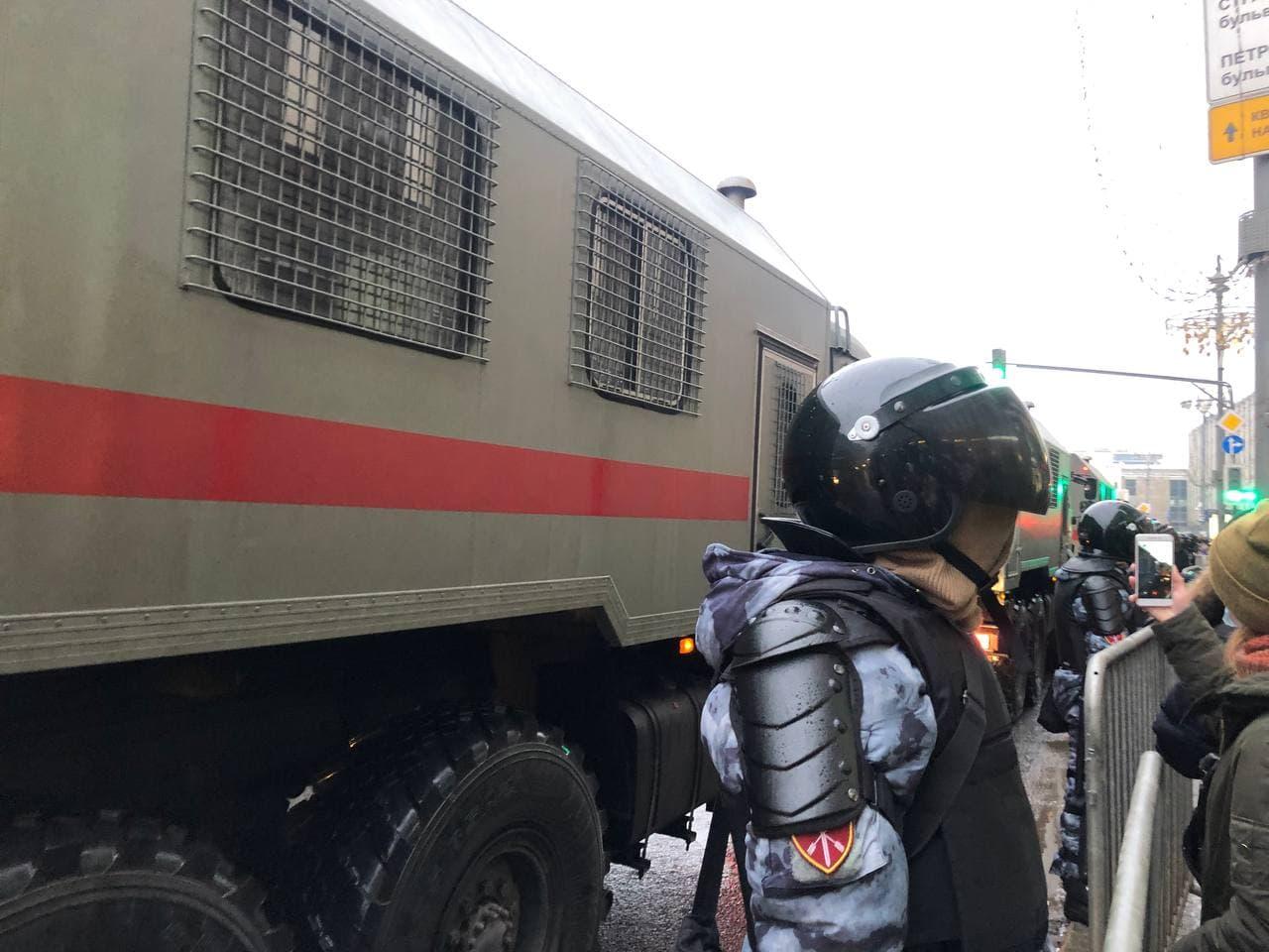 В Москве несколько задержанных на митинге 23 января оставили на ночь в автозаке из-за переполненности спецприемника