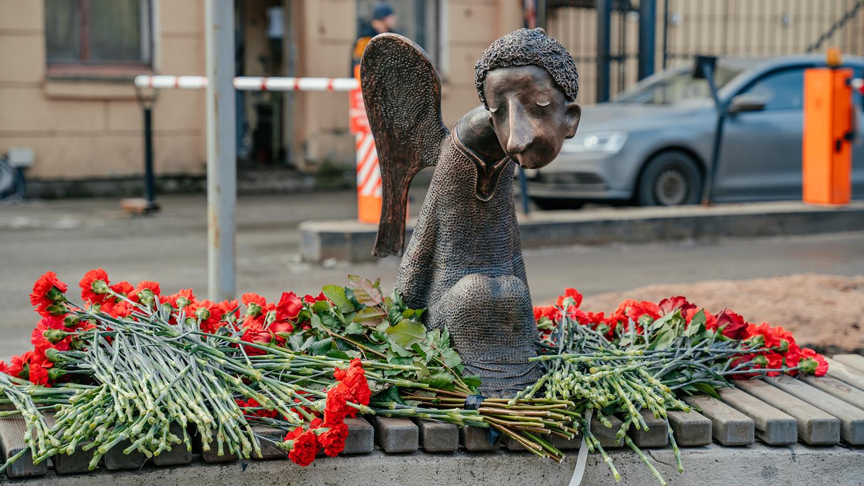 Губернатор Беглов открыл в Санкт-Петербурге памятник погибшим медикам втайне от инициаторов монумента